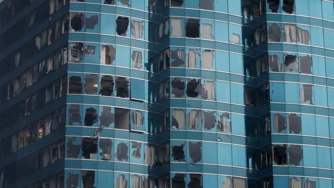 Les vitrines d'un immeuble ont été soufflées par le passage du typhon à Hong Kong.