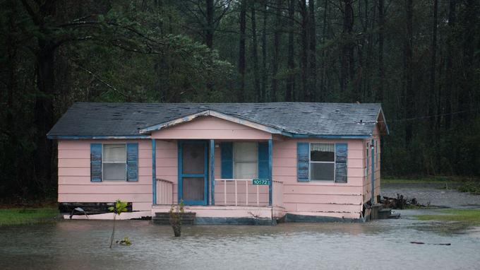 Selon le NHC, les Carolines pourraient recevoir jusqu'à un mètre de précipitations par endroits.
