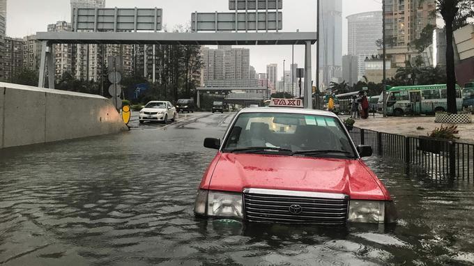 De nombreuses voies ont été inondées, comme ici à Hong Kong.