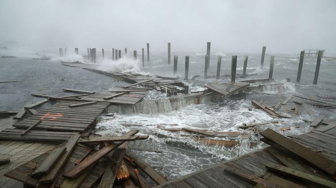 Des parties d'un quai et d'une promenade ont été détruites par le vent et les vagues