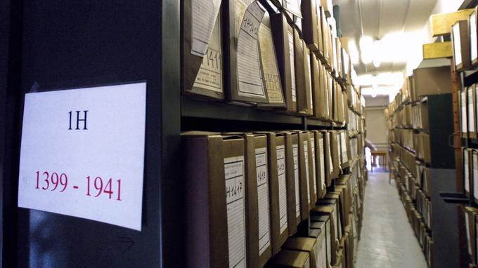 Des rayonnages d'archives sur la guerre d'Algérie conservés au Service historique de l'Armée de Terre, à Vincennes.