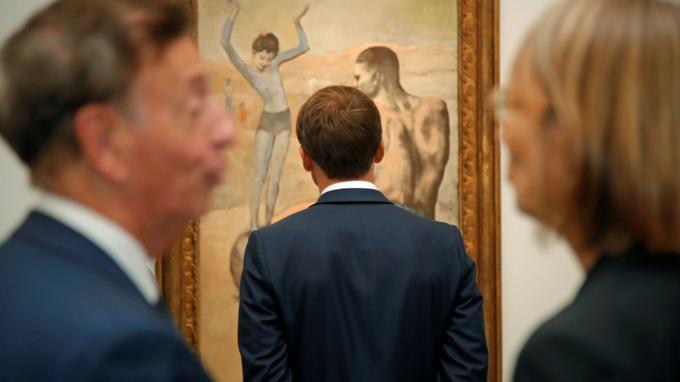 Emmanuel Macron lors de savisite de l'exposition «Picasso. Bleu et rose» au musée d'Orsay.