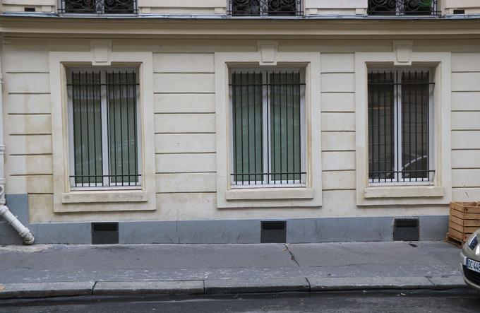 Un cabinet médical proche de la salle de shoot a mis des barreaux aux fenêtres pour se protéger des toxicomanes.