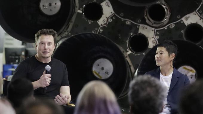 Elon Musk, à gauche a présenté Yusaku Maezawa devant les moteurs d'une fusée Falcon 9 dans l'usine de SpaceX en Californie.