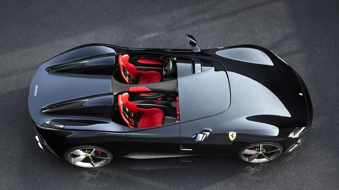 La Monza SP2 se présente sous les traits d'une barquette biplace intégrant un renfort en fibre de carbone au centre de l'habitacle.