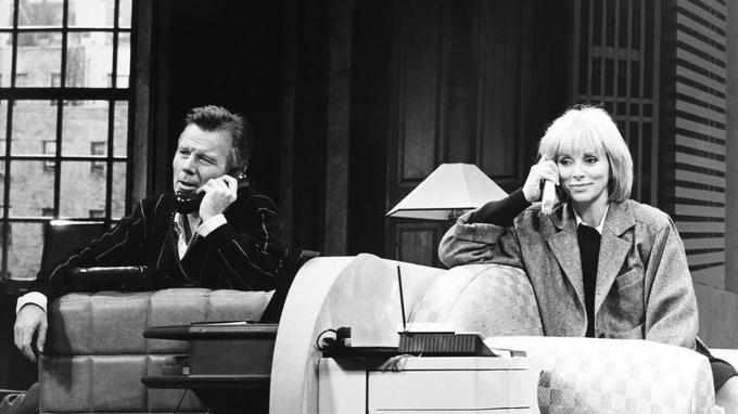 Jean Piat aux côtés de Mireille Darc dans «Chapitre II» mise en scène par Pierre Mondy en 1985.