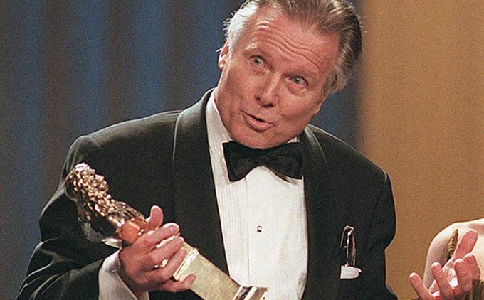 Jean Piat recevant le Molière du meilleur adaptateur d'une pièce étrangère pour «L'affrontement» en 1997.