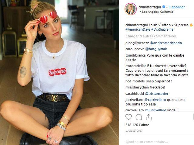 L'influenceuse italienne Chiara Ferragni portant le tee-shirt de la collaboration Supreme x Louis Vuitton de 2017.