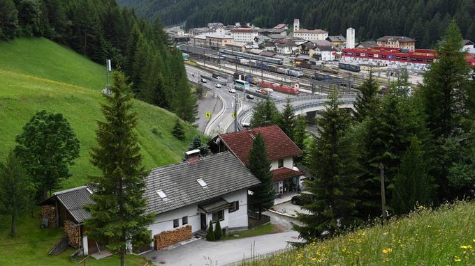 Depuis Brennero, dans le Haut-Adige, à la frontière nord entre l'Italie et l'Autriche, des trains partent pour franchir la frontière à travers les montagnes. Le village d'un peu plus de 2000 habitants est presque entièrement germanophone.
