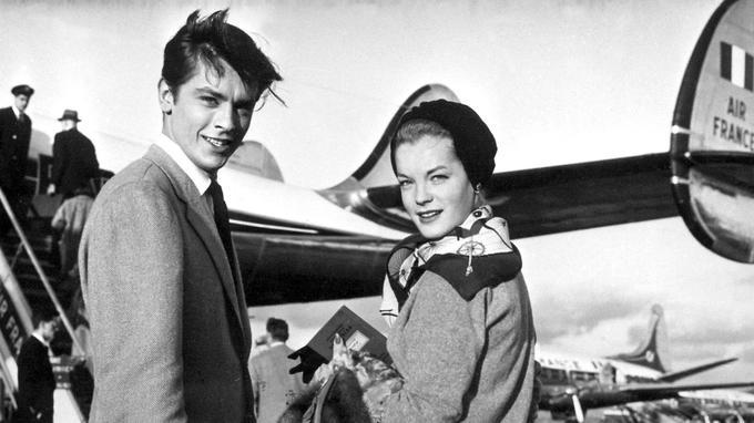 Alain Delon et Romy Schneider embarquent pour un vol de la compagnie Air France à Orly en 1959.
