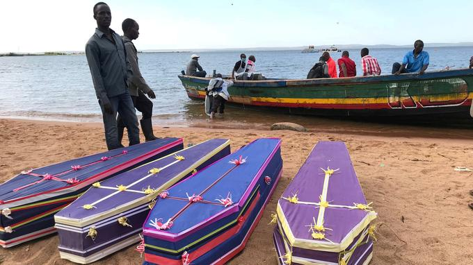 Lors de la cérémonie dimanche, les représentants de plusieurs confessions religieuses se sont relayés au micro pour de brèves prières et des gerbes de fleurs ont été disposées devant les cercueils.