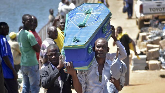 Certains cercueils ont été placés dans des tombes individuelles ou ont été emmenés par des proches souhaitant des funérailles plus intimes.