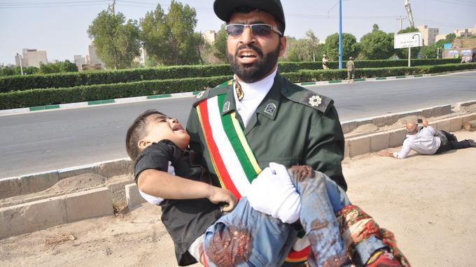 Des enfants ont été blessés dans l'attentat. La revendication du groupe Etat islamique est sujette à caution.