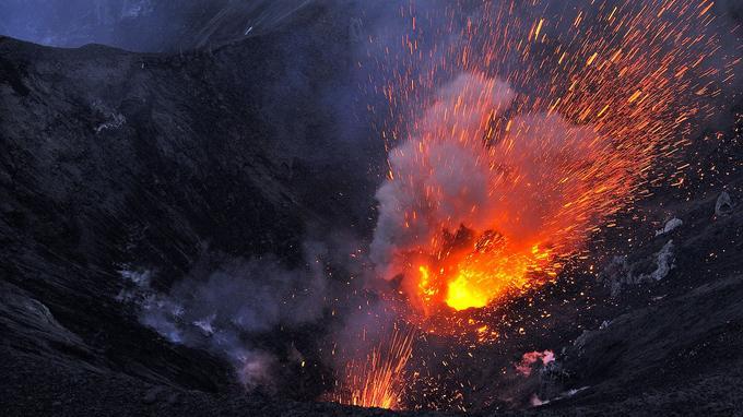 Le volcan Yasur, toujours en pleine activité, au Vanuatu.