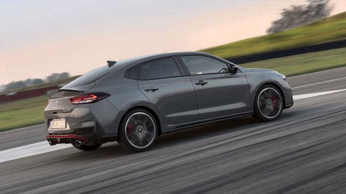 La i30 Fastback N devrait être capable d'abattre le 0 à 100 km/h en 6,1 secondes et d'accrocher les 250 km/h en vitesse de pointe.