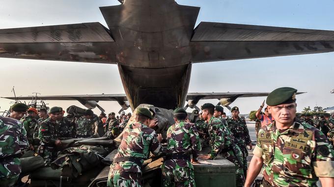 Des soldats indonésiens ont été mobilisés pour venir en aide aux victimes. Ici sur une base militaire de Jakarta avant un départ pour Palu.