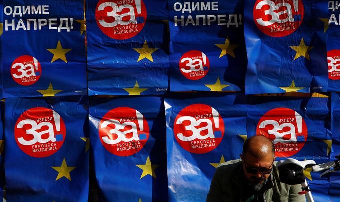 Un homme est assis devant des affiches scandant «oui» sur un fond aux couleurs du drapeau de l'Union européenne, à Skopje, le 26 septembre.