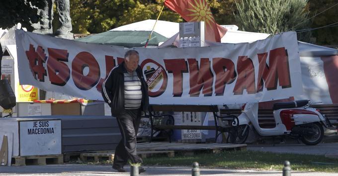 Un homme passe devant une banderole «Je boycotte» dans une rue de la capitale Skopje, le 27 septembre.