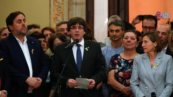 Carles Puigdemont proclame unilatéralement l'indépendance de la Catalogne.