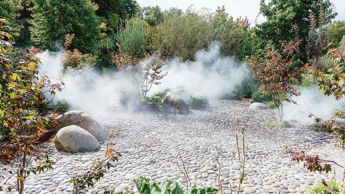 Dans l'«escapade hydratante», le visiteur se déchausse pour marcher sur des galets massants entourés de plantes tropicales.