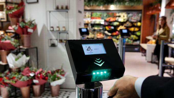 Pour sortir du magasin, une fois les achats réglés, on badge avec son smartphone et l'application Casino.