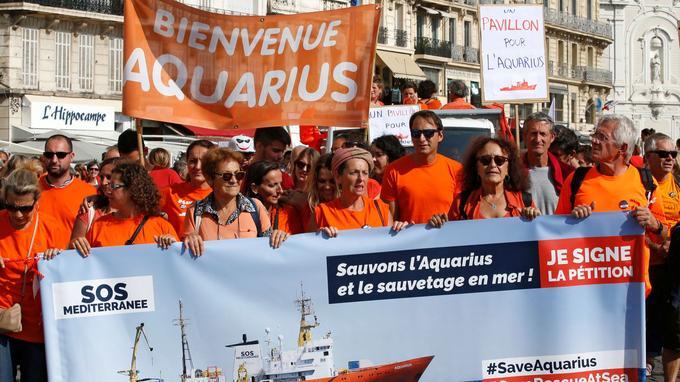 Les manifestants ont défilé aux cris de «Aquarius bloqué, Europe naufragée» et de «Un pavillon pour l'Aquarius».