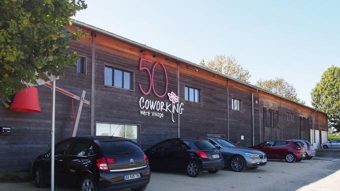 Le 50 Coworking est situé au 50 avenue Léon Crété à Méré dans les Yvelines. Le bâtiment est partagé avec une autre entreprise.