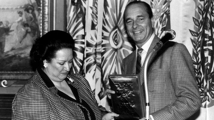 La cantatrice recevant des mains de Jacques Chirac, alors maire de Paris, la plaque du Bimillenaire de la ville de Paris en 1985.