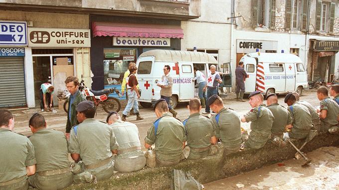 Des soldats se reposent après avoir aidé les habitants à nettoyer leurs habitations, le 3 octobre 1988.