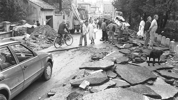 Le 4 octobre 1988, des Nîmois constatent les dégâts provoqués par l'orage de la veille.