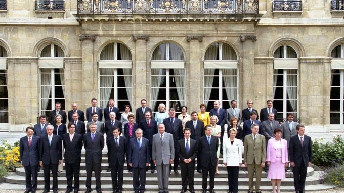 Les femmes apportent de la couleur à la photo du gouvernement Raffarin II (2002-2004) .