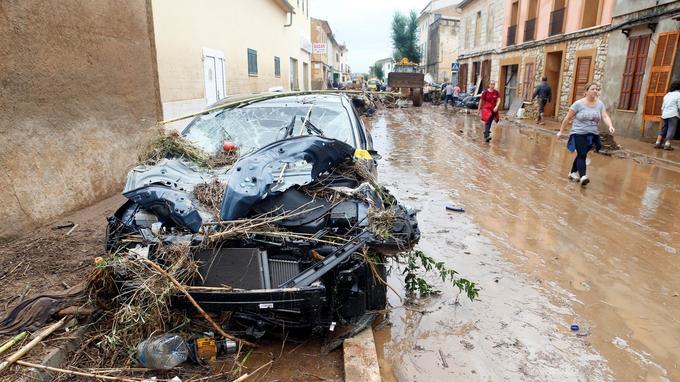 Des véhicules ont été détruits par les eaux.