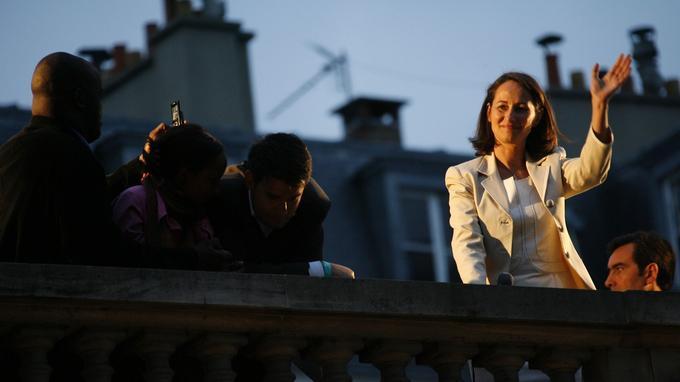Ségolène Royal s'adresse à ses soutiens depuis le toit de Solférino le soir de sa défaite au second tour en 2007.