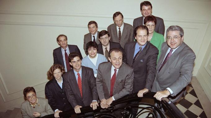 Michel Rocard pose dans les escaliers de Solférino avec les membres du nouveau bureau politique.