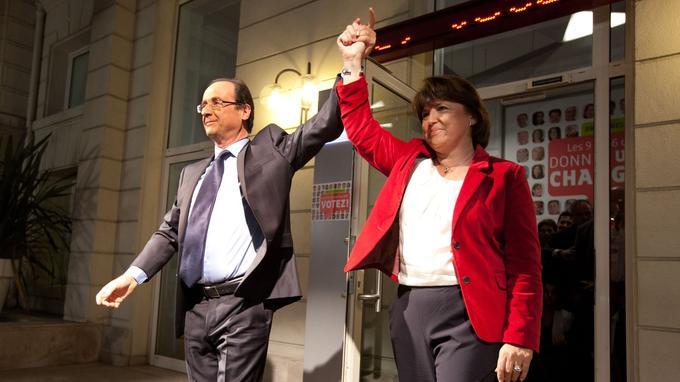 François Hollande et Martine Aubry main dans la main après la victoire de ce premier à la primaire de 2011.