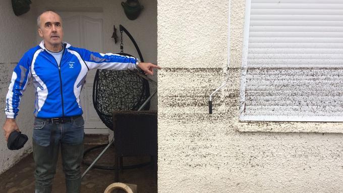 Un habitant montre le niveau atteint par l'eau pendant les inondations à Villegailhenc, près de Carcassone, dans le sud de la France.