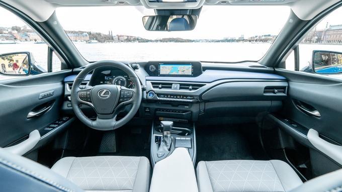 L'intérieur du Lexus UX se distingue par une planche de bord profonde et un grand champ de vision.