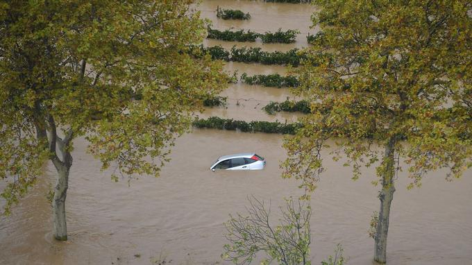 Une voiture emportée par les eaux dans une zone agricole près de la commune de Puichéric, jeudi.