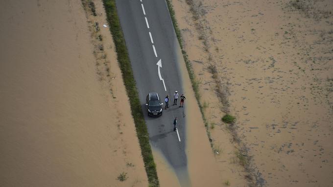Une route inondée près de la commune de Puichéric, lundi.