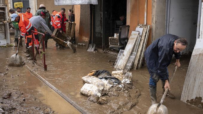 Habitants et secours s'organisent après les fortes inondations du début de semaine dans l'Aude.