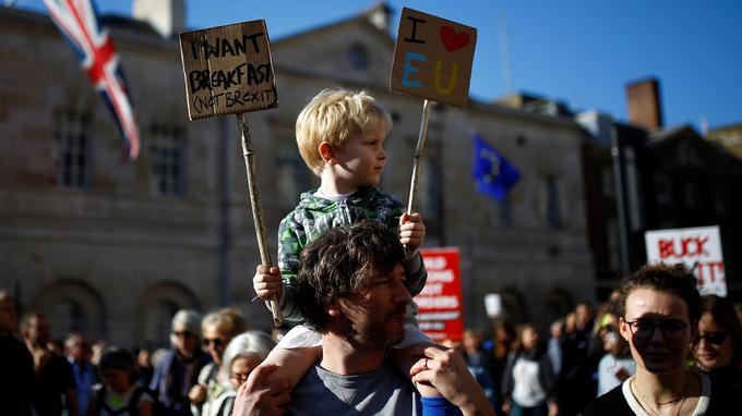 Selon les sondages, une petite majorité de Britanniques soutiennent un nouveau référendum et le maintien dans l'Europe l'emporterait par 51 à 53%.