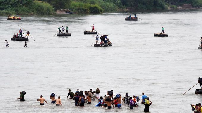 Des dizaines de personnes ont franchi le fleuve à pied ou sur des embarcations de fortune.