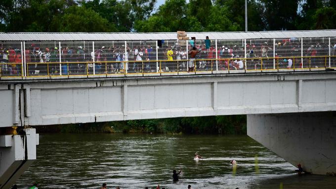 Des milliers de personnes attendent sur le pont entre le Guatemala et le Mexique.