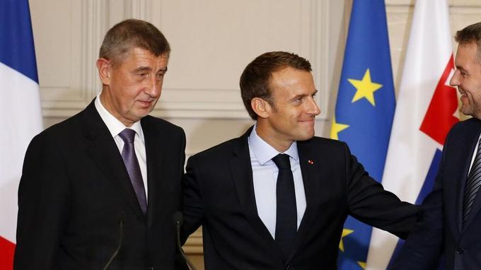 Emmanuel Macron entre les premiers ministres tchèque, Andrej Babis, et slovaque, Peter Pellegrini, le 30juin 2018, à l'Élysée. - Crédits photo: REGIS DUVIGNAU/AFP