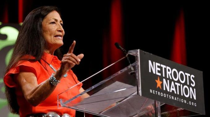 Deb Haaland est issue de la tribu amérindienne des Laguna Pueblo.