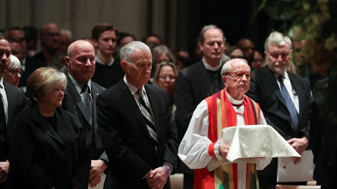 L'évèque Gene Robinson porte les cendres de Matthew Shepard vendredi lors d'une cérémonie en la cathédrale de Washington. À sa droite, les parents du jeune homme, Judy et Dennis.