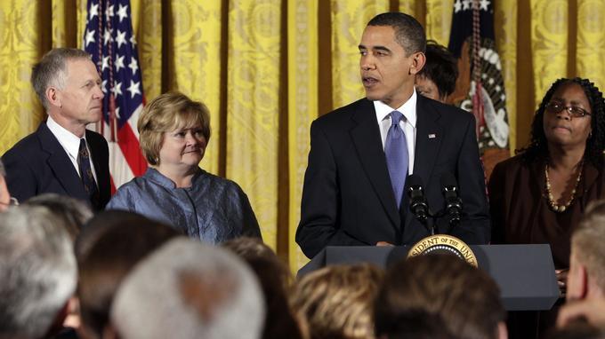 Barack Obama s'exprime aux côtés des parents de Matthew Shepard, le 28 octobre 2009, à la Maison-Blanche.