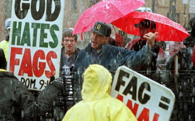 Un habitant de Casper, dans le Wyoming, où résidait la famille de Matthew Shepard, s'en prend à des manifestants brandissant des slogans anti-gay avant le début de la cérémonie d'obsèques du jeune homme tué, le 16 octobre 1998.
