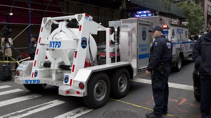 Un camion transportant le colis explosif dépêché par la police de New York, ce vendredi.