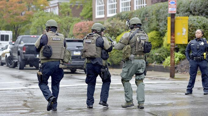 Des policiers aux abords de la synagogue.